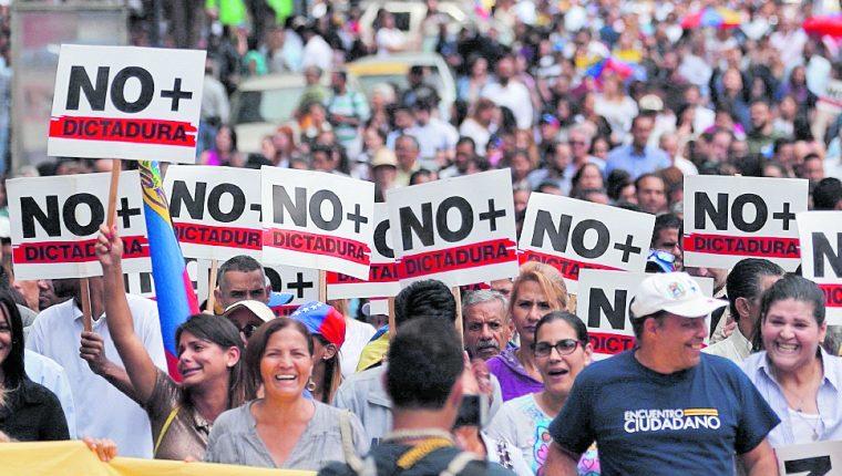 Opositores venezolanos participan en una manifestación para exigir el fin de la crisis y en respaldo a la Presidencia interina de Juan Guaidó, este miércoles, en Caracas, Venezuela. (Foto Prensa Libre: EFE).