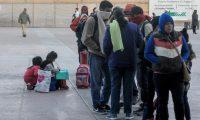 ACOMPAÑA CRÓNICA: MÉXICO EEUU - MEX029. TIJUANA (MÉXICO), 06/02/2019.- Migrantes de diversas nacionalidades esperan en la plaza cívica de Tijuana (México), este 4 de febrero de 2019, para poder ingresar a las oficinas de migración de Estados Unidos, en el paso fronterizo de El Chaparral. Tras la fuerte crisis de fines del año pasado y principios de 2019, que el presidente estadounidense, Donald Trump, afirma que continúa por la llegada de miles de centroamericanos que buscan asilo en EE.UU., la vida en la ciudad fronteriza mexicana de Tijuana ha vuelto a la normalidad. EFE/Joebeth Terriquez