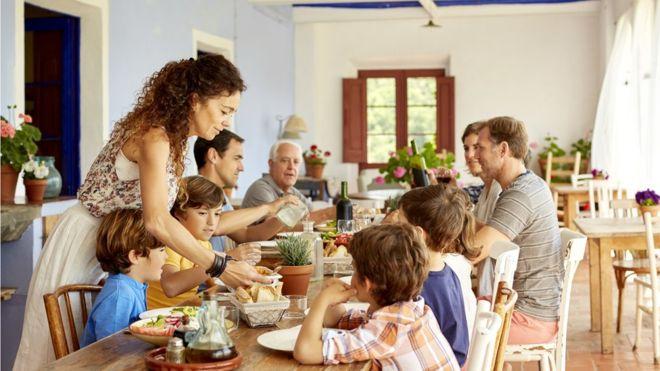 La dieta mediterránea sumada al aceite de oliva extravirgen y los frutos secos contribuyen en buena medida a que España ocupe el primer puesto, dice el informe (ISTOCK)