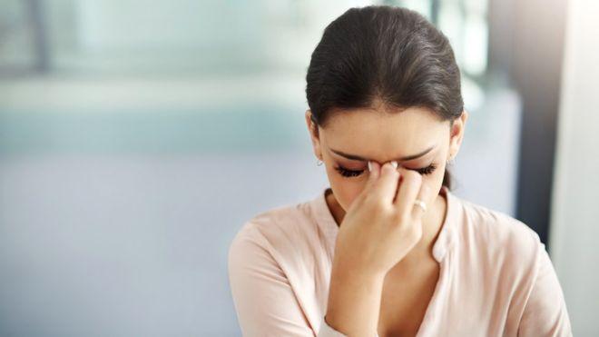 Las mujeres suelen sufrir más dolores de cabeza que los hombres por cambios en sus niveles hormonales, generalmente relacionados con el ciclo menstrual (GETTY IMAGES)
