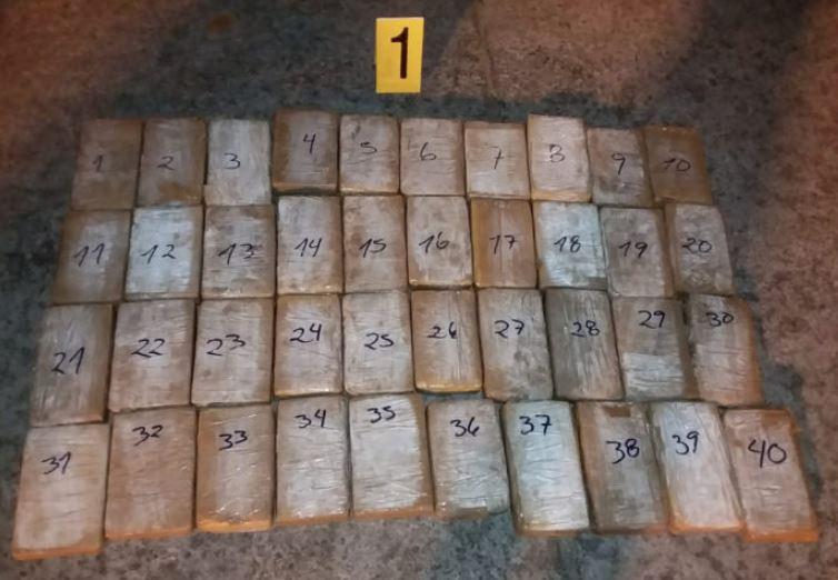 Efectivos de la SGAIA localizan 40 paquetes de posible droga en Puerto San José. (Foto Prensa Libre: Cortesía)