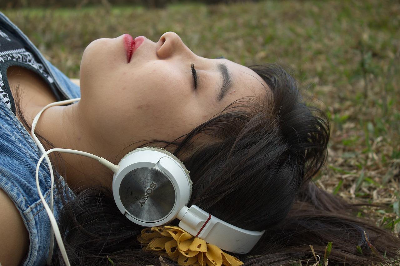 El uso inadecuado de los audífonos puede provocar problemas de audición. (Foto Prensa Libre: Pixabay)