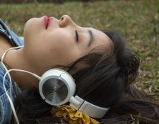 El uso de los audífonos es cada vez más común.  Ya no solo los jóvenes los utilizan. (Foto Prensa Libre: Pixabay)