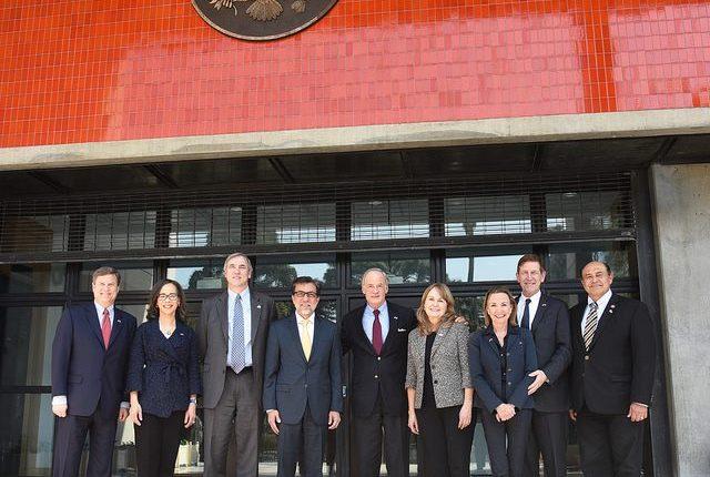 Los seis senadores junto al embajador de EE. UU. en Guatemala, Luis Arreaga ,frente a la sede diplomática en Guatemala. (Foto Prensa Libre: Embajada de EE. UU.)