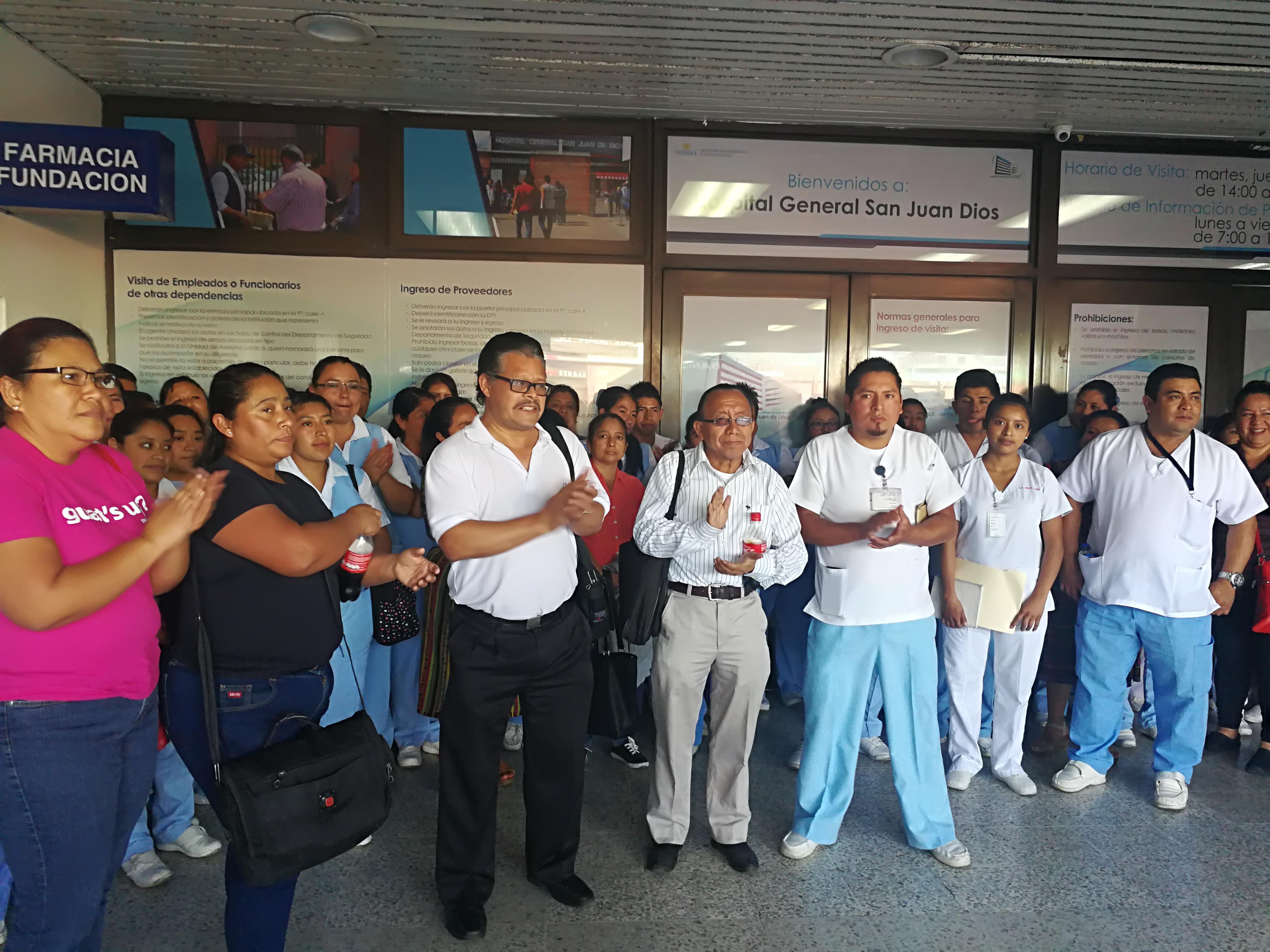 Un grupo de enfermeros reclama frente al Hospital San Juan de Dios por mejores salarios. (Foto Prensa Libre: Ana Lucía Ola)