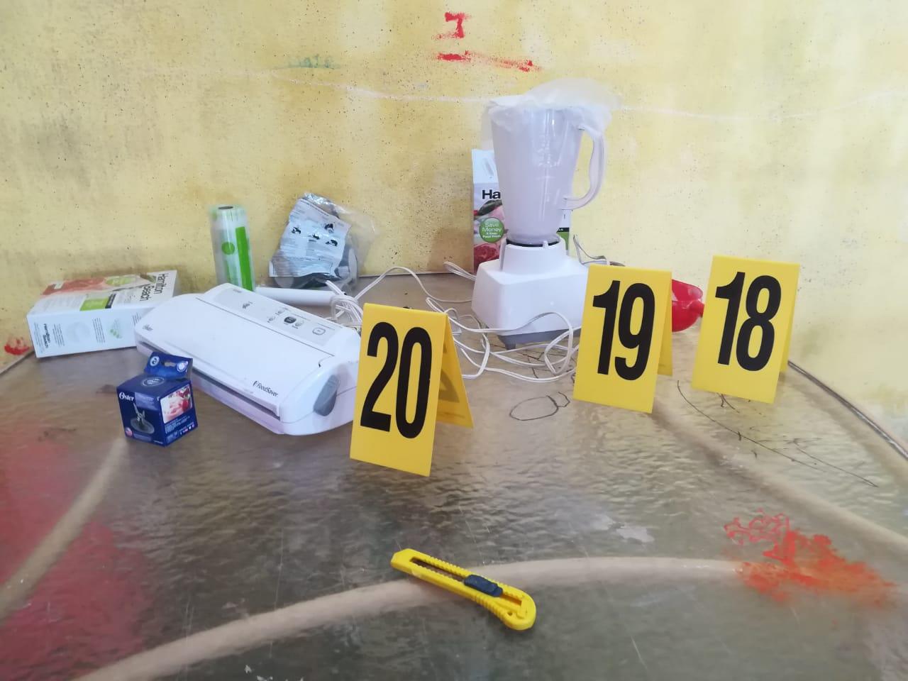 Personal antinarcóticos revisa inmueble donde hallaron un laboratorio clandestino. (Foto Prensa Libre: Cortesía)