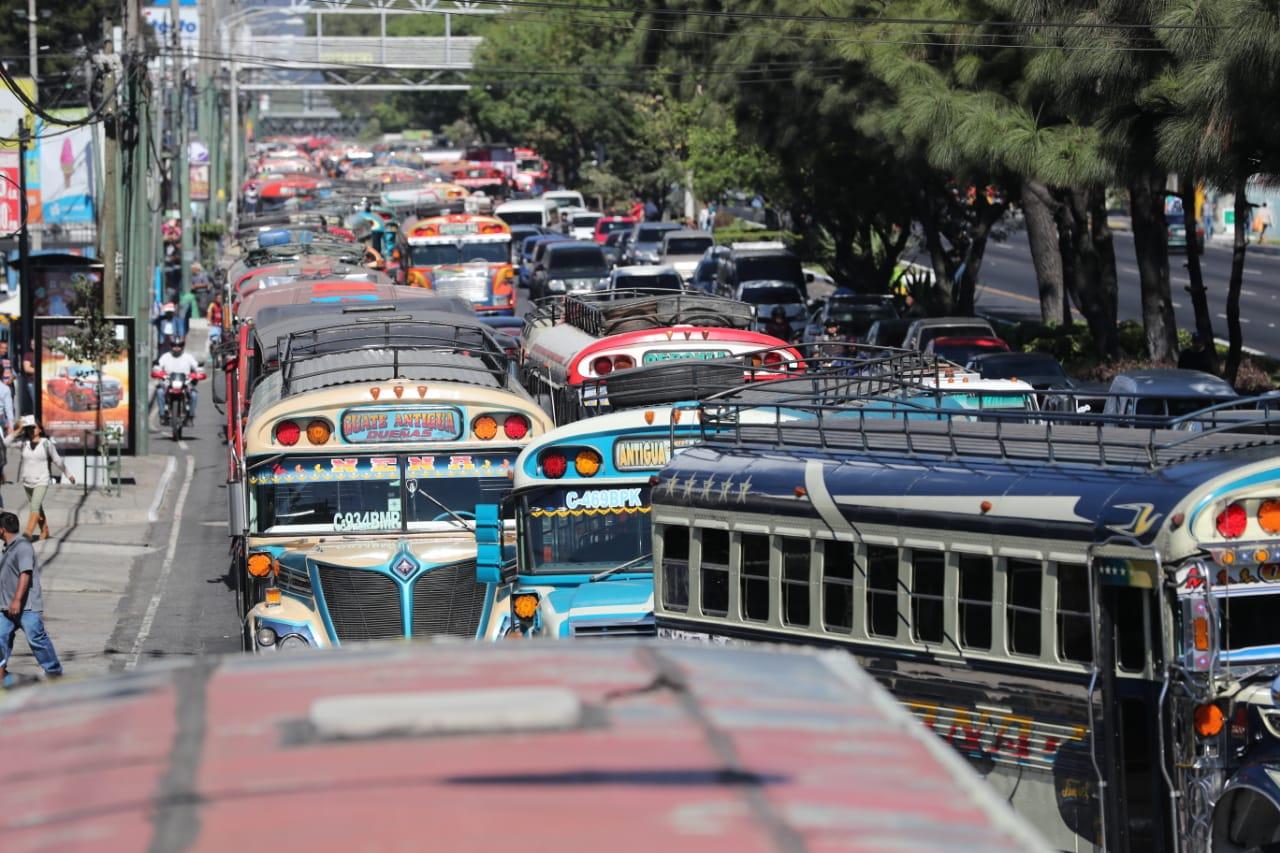Varias unidades del transporte extraurbano de pasajeros bloquean el paso por la Calzada Roosevelt. (Foto Prensa Libre: Érick Ávila)