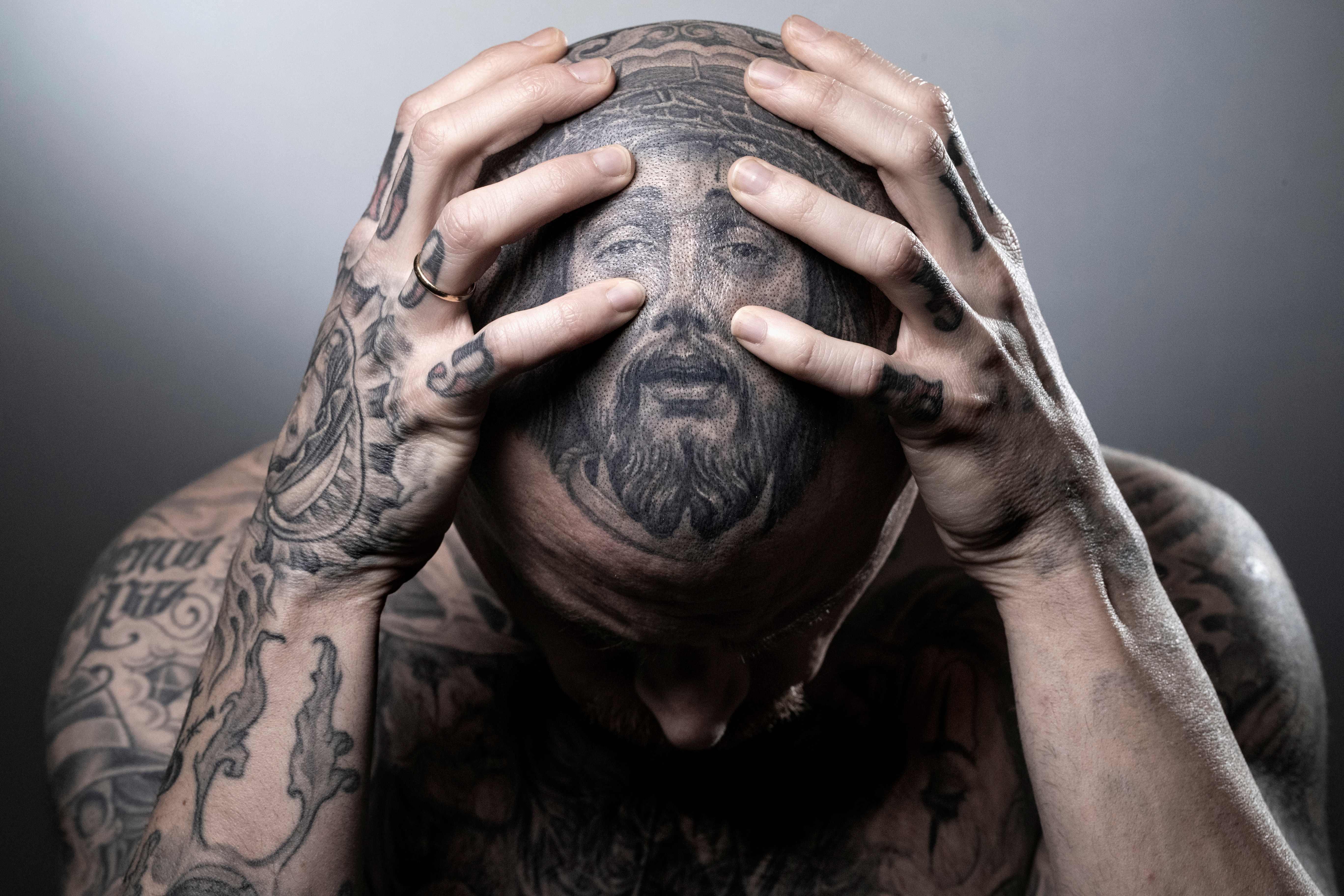 El artista español Juan Sanchez posa para una sesión fotográfica durante la convención mundial del tatuaje, en Francia.