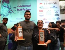David Solano ganador por segundo año como mejor barista y Dulce Barrera campeona de catación por tercer año consecutivo. (Foto Prensa Libre: Óscar Rivas)