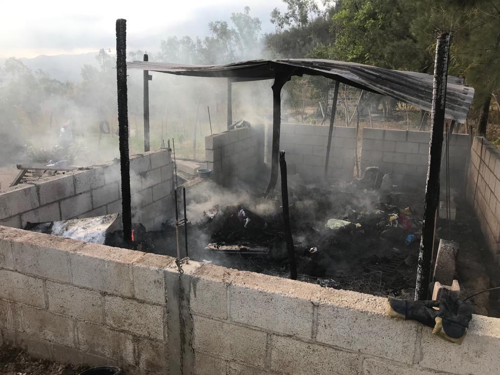 En la colonia Gracias a Dios, Sanarate, se quema vivienda.