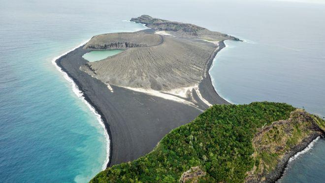 La nueva isla, en el centro de la imagen, surgió de una erupción volcánica en 2015 (WOODS HOLE)