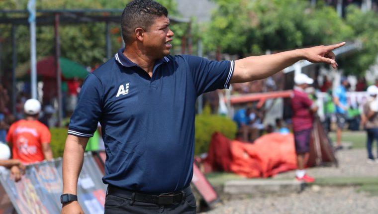 Ronald Gómez, técnico de Malacateco, se mostró complacido con el triunfo contra los Albos. (Foto Prensa Libre: Raúl Juárez).