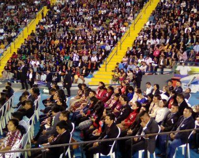 Más de tres mil docentes de distintos departamentos recibieron el título universitario como parte del PADEP. (Foto Prensa Libre. Erick Ávila)
