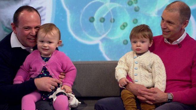 Simon y Graeme Berney-Edwards con sus hijos Alexandra y Calder.