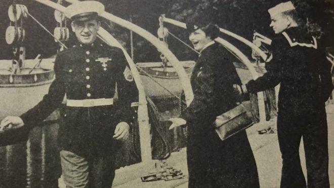 """Esta foto, que aparece en una revista militar de 1950, es sorprendentemente semejante al meme del """"novio distraído"""" (LEATHERNECK)"""
