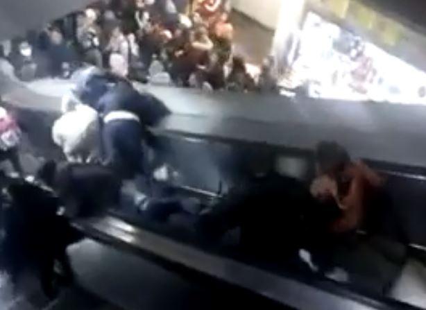 Usuarios se empujaban para intentar pasar. Foto: Prensa Libre