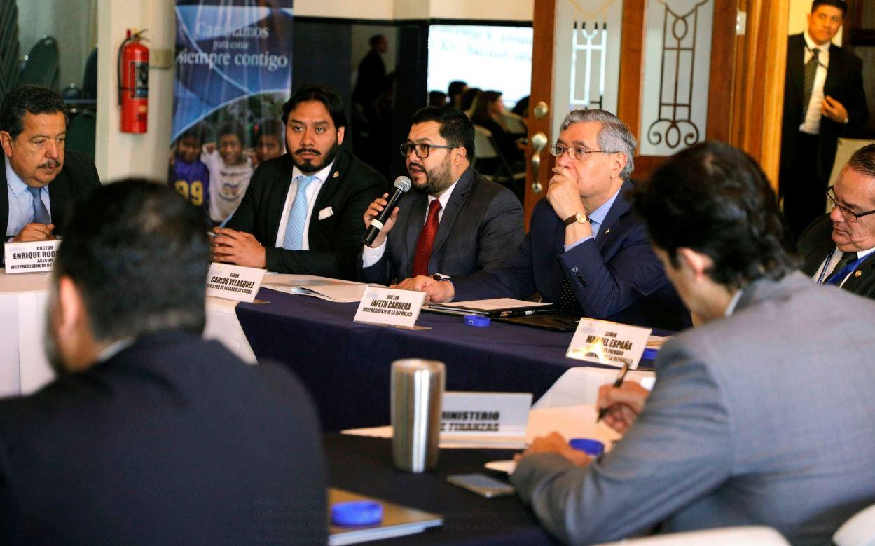 El ministro de Desarrollo Social, Carlos Velásquez Monge, refrendó ascenso de Steven Eduardo Mejía Lima como nuevo viceministro de Protección Social. (Foto Prensa Libre: Hemeroteca)