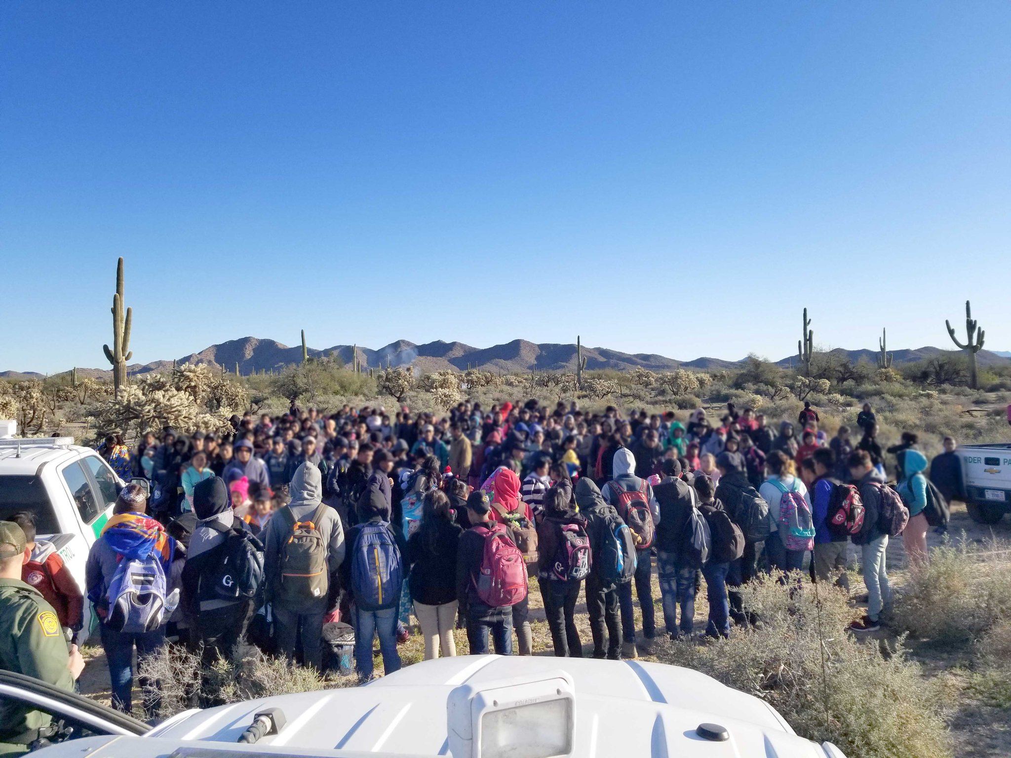 El grupo de migrantes recién había cruzado la línea divisoria entre Estados Unidos y México. (Foto: CBP)