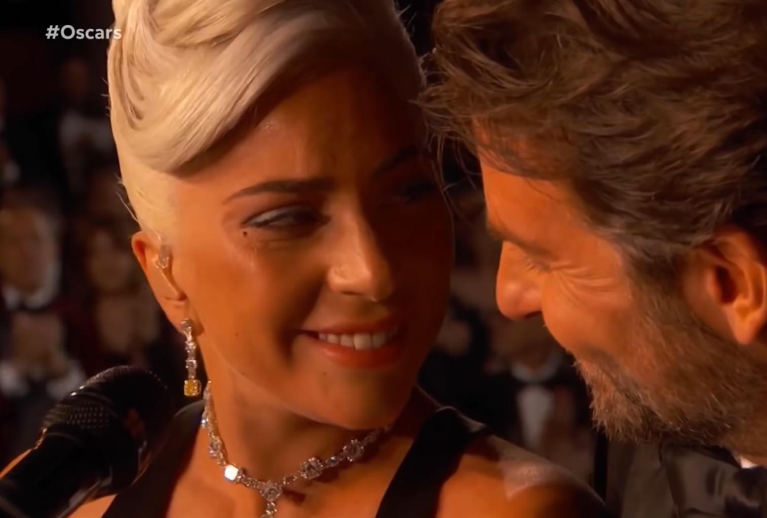 Lady Gaga y Bradley Cooper protagonizaron uno de los momentos más emotivos de la gala de los Premios Óscar. (Foto Prensa Libre: YouTube)