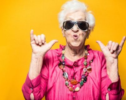 Las mujeres viven en promedio 4 años y seis meses más que los hombres (ISTOCK)