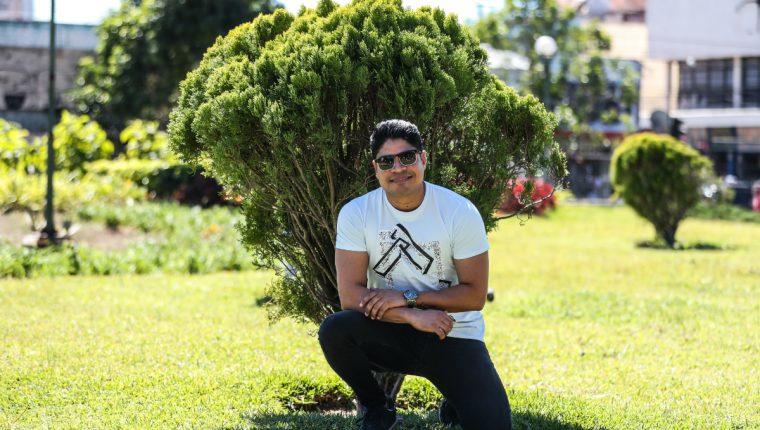 """El cantautor guatemalteco Napoleón Robleto promociona el videoclip del tema """"Tal vez no muera yo"""". (Foto Prensa Libre: Keneth Cruz)"""