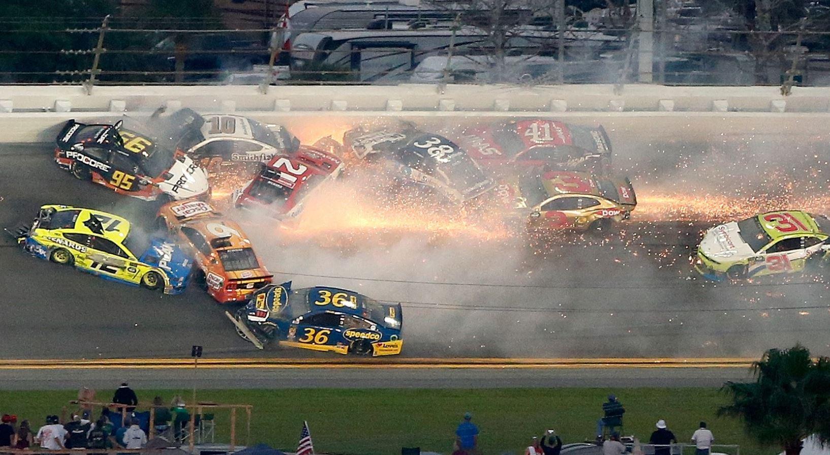 El accidente lo inicio Paul Menard perdió el control de su auto. (Foto Prensa Libre: AFP).
