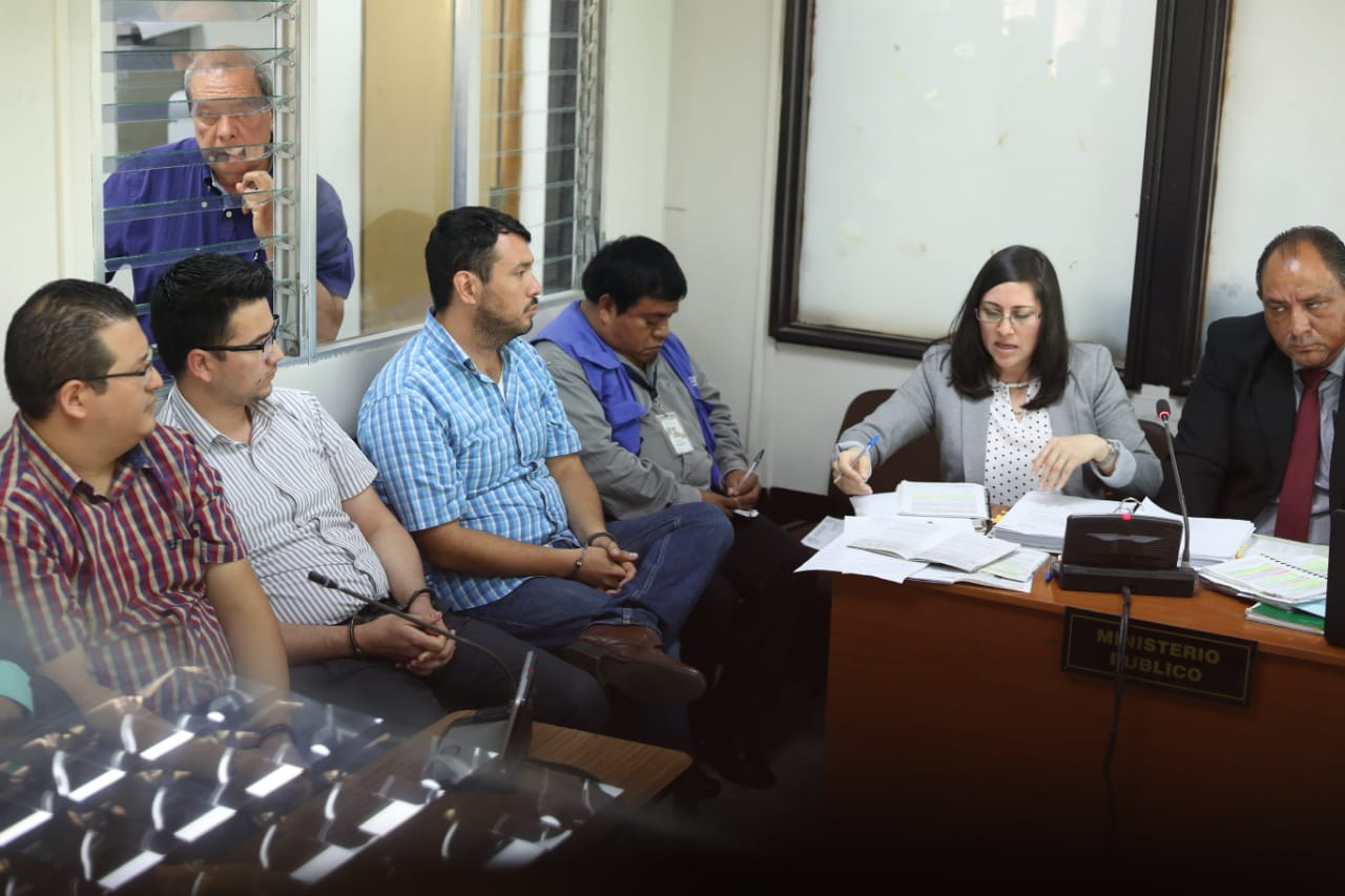 Los implicados asisten a la audiencia judicial en el Juzgado Undécimo. (Foto Prensa Libre: Esbin García)