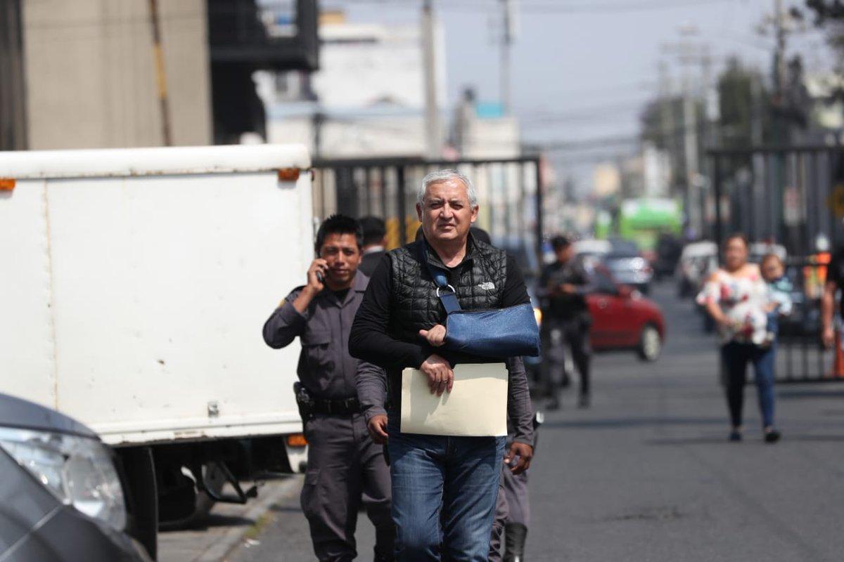 El expresidente Otto Pérez Molina compareció a la Torre de Tribunales con un cabestrillo. (Foto Prensa Libre: Érick Ávila)