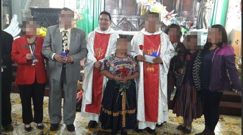 Sacerdote Melvin Pérez, tercero de izquierda a derecha, luego de una misa oficiada el pasado 31 de enero en la parroquia San Nicolás, Quetzaltenango. (Foto Prensa Libre: Cortesía)