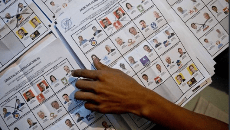 Papeleta de las elecciones presidenciales del 2015 en la cual figuraron 14 binomios. (Foto Prensa Libre: Hemeroteca PL)