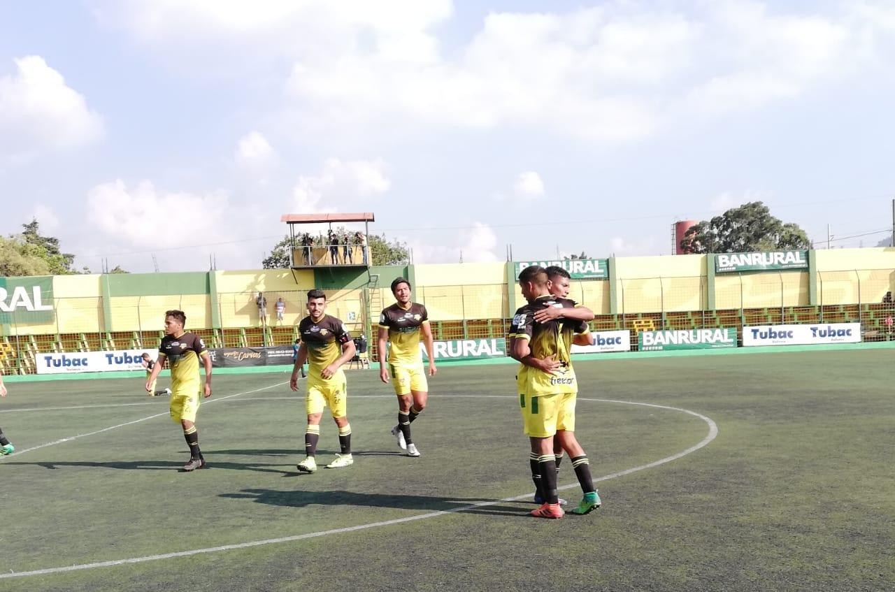 Los jugadores de Petapa festejaron al final del juego. (Foto Prensa Libre: Francisco Sánchez)