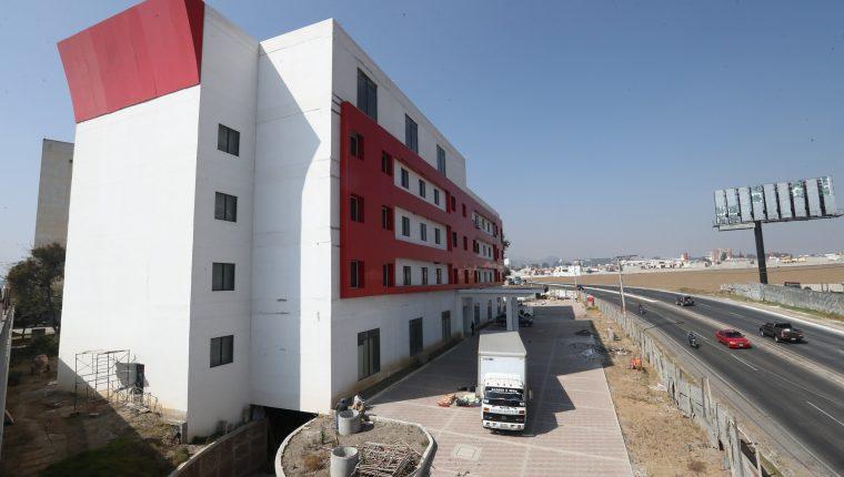 Este es el edificio vinculado al Manuel Baldizón que este día fue entregado a la Senabed. (Foto Prensa Libre: Mynor Toc)