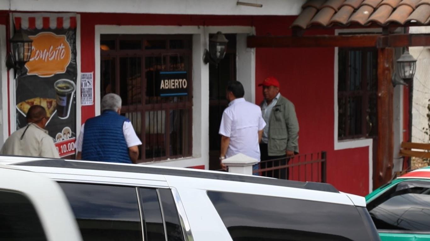 Los diputados Javier Hernández y Melgar Padilla llegan a la Asamblea Municipal del FCN en Chiché, Quiché, (Foto: Héctor Cordero)
