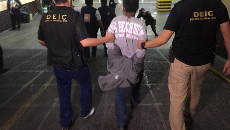 Édgar Danilo Xiloj Rivera, de 33 años, ingresa a la Torre de Tribunales luego de su captura. (Foto Prensa Libre: Cortesía)