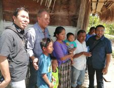 Activista del IFE visitan a la familia de Jakelin Caal quien los recibió en San Antonio Secortez, Raxruhá. (Foto: Rolando Icó, Municipalidad de Raxruhá)