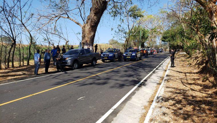 Personal de Energuate es acompañado por agentes de la PNC para reconectar el suministro de la energía eléctrica en Chiquimulilla, Santa Rosa. (Foto Prensa Libre: Cortesía)