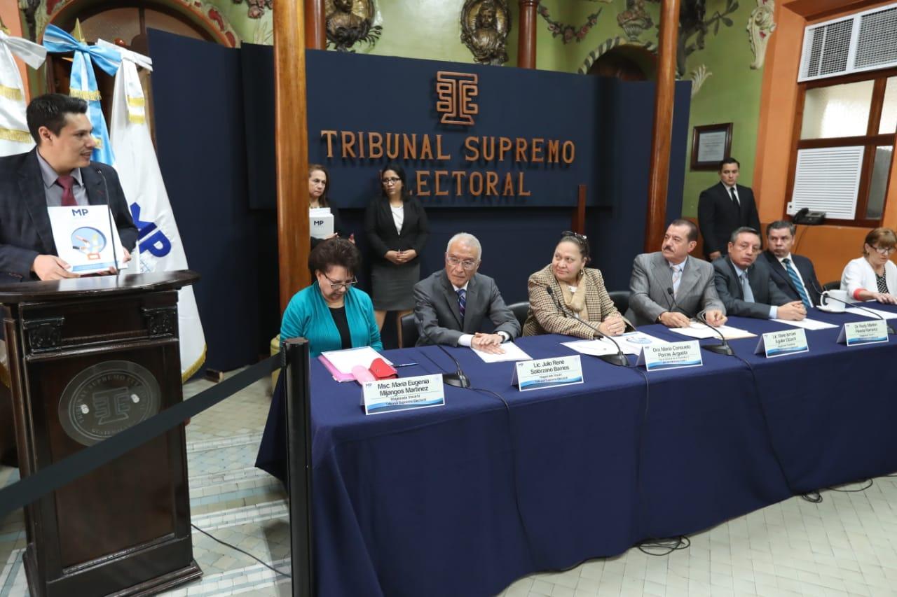 Óscar Schaad, jefe de la Fiscalía contra Delitos Electorales, ofrece detalles de las investigaciones en contra de siete partidos políticos. (Foto Prensa Libre: Esbin García)