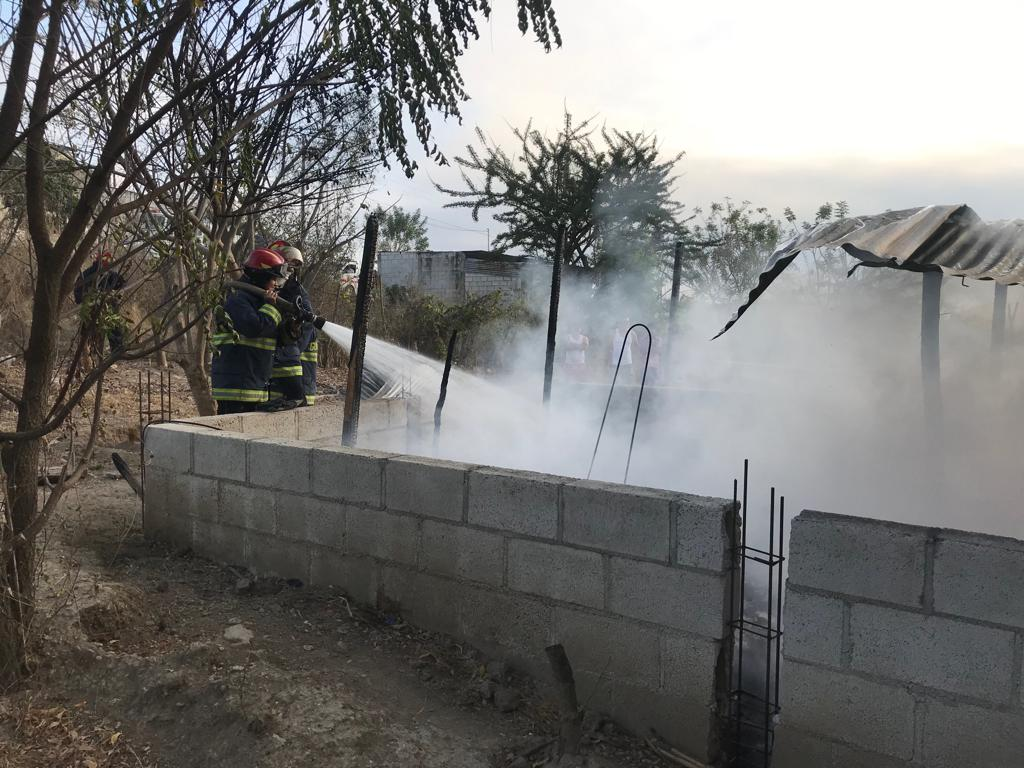 Unos 300 galones de agua fueron necesarios para combatir las llamas.