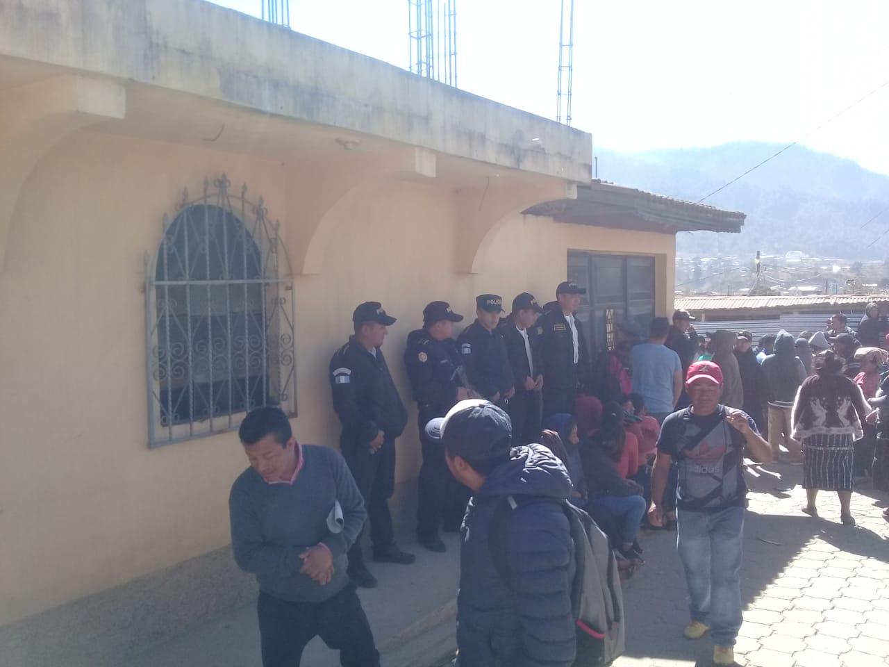 Cientos de vecinos rodean el segundo inmueble que allanan las autoridades en Nahualá. (Foto Prensa Libre: Héctor Cordero)