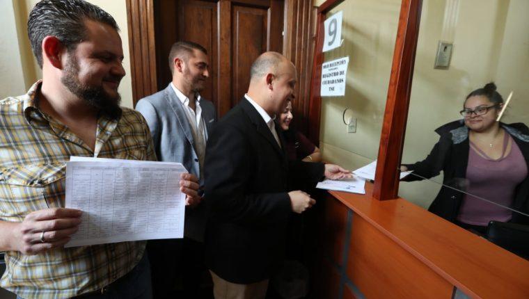 Activistas sociales presentan ante el TSE el listado de diputados con señalamientos. (Foto Prensa Libre: Esbin García)