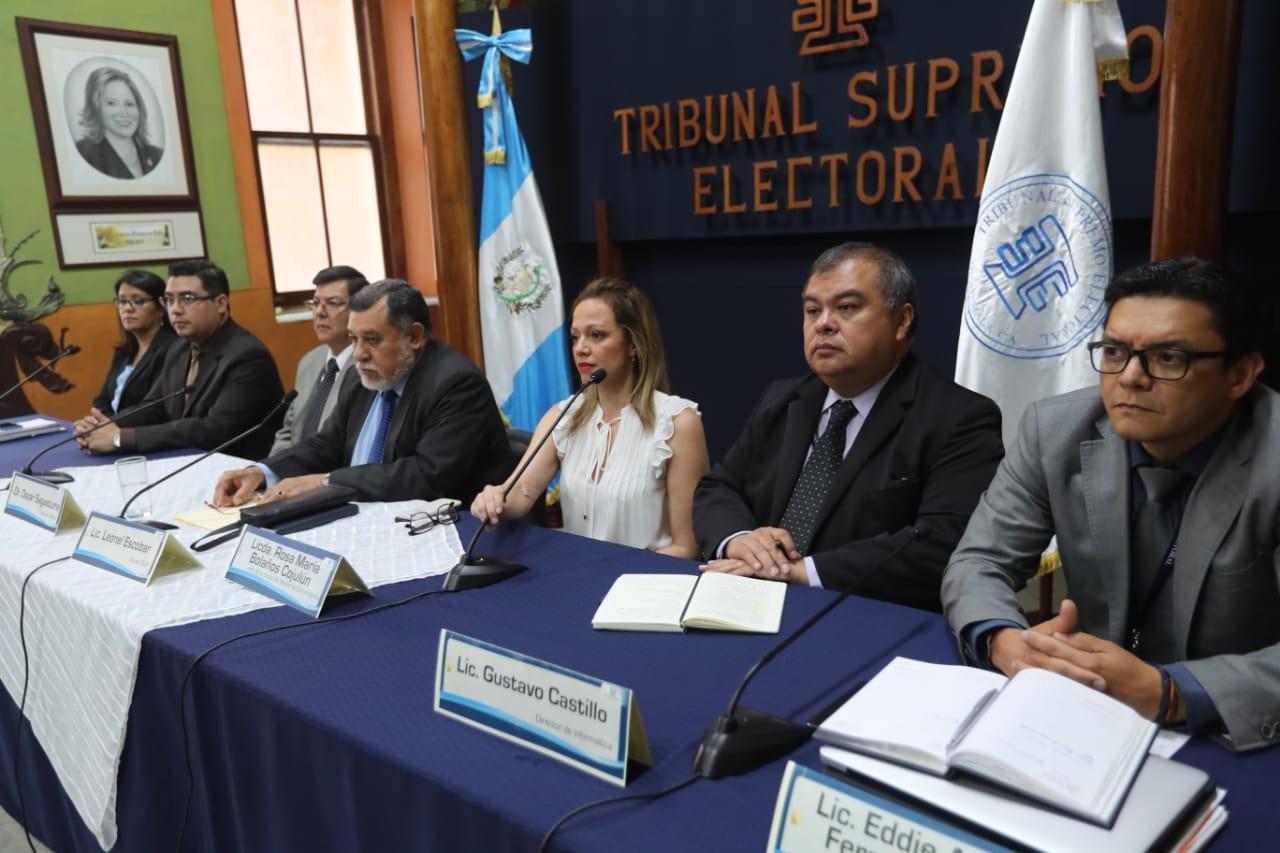 Funcionarios del TSE, en conferencia de prensa. (Foto Prensa Libre: Érick Ávila)