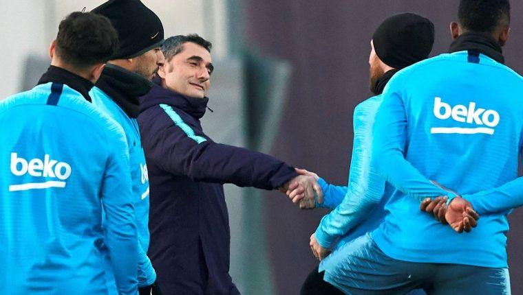 Ernesto Valverde saluda a Messi en uno de los entrenamientos de la semana. (Foto Prensa Libre: AFP).