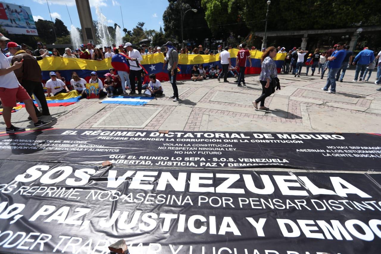 Varios venezolanos se congregaron en el Obelisco, en la ciudad de Guatemala, para apoyar al presidente interino Juan Guaidó. (Foto Prensa Libre: Esbin García)