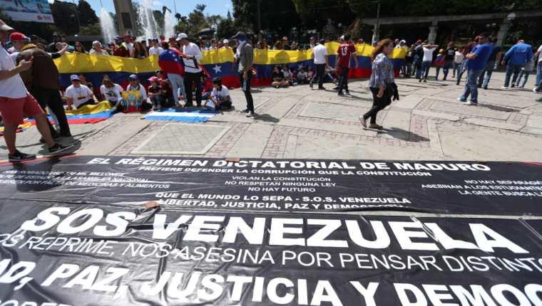 Venezolanos se congregaron en el Obelisco de la Ciudad de Guatemala el 2 de febrero pasado para apoyar al presidente interino Juan Guaidó. (Foto Prensa Libre: Hemeroteca PL)