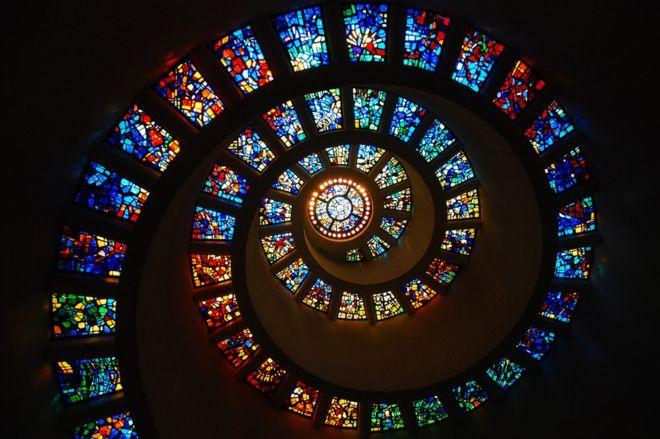 El vitral en espiral de la Capilla de Acción de Gracias, Dallas, Texas, Estados Unidos representa la secuencia de Fibonacci (GETTY IMAGES)