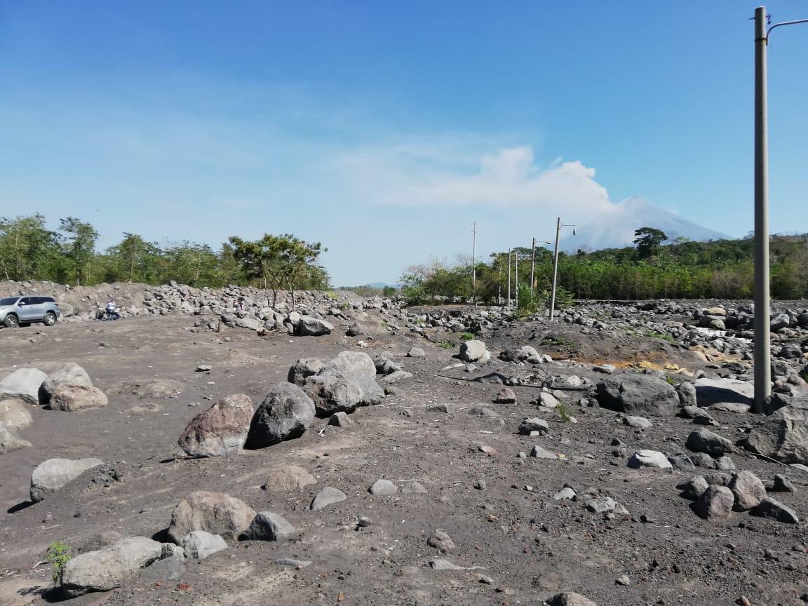Arena, piedras y ceniza volcánica sobre la cuenca y cauce de los ríos puede ser un riesgo en invierno. (Foto Prensa Libre: Carlos Álvarez)
