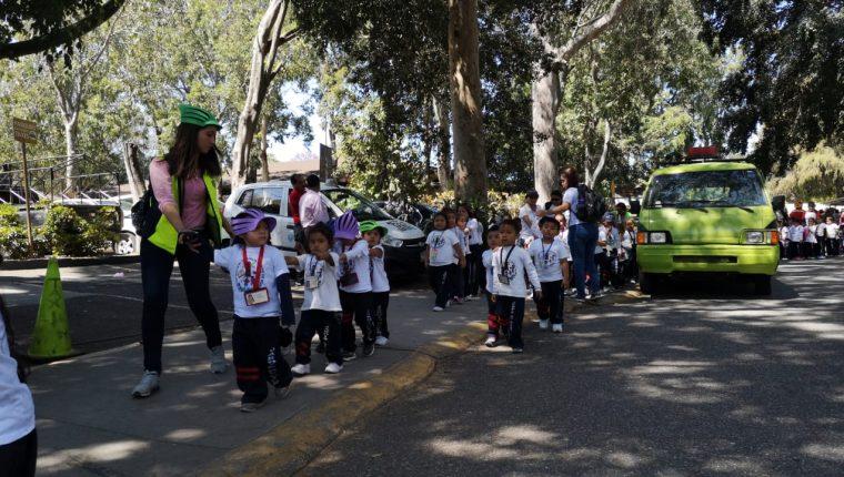 Niños y maestros en el zoológico, donde se desarrolla un operativo en búsqueda de explosivos. (Foto Prensa Libre: La Red)