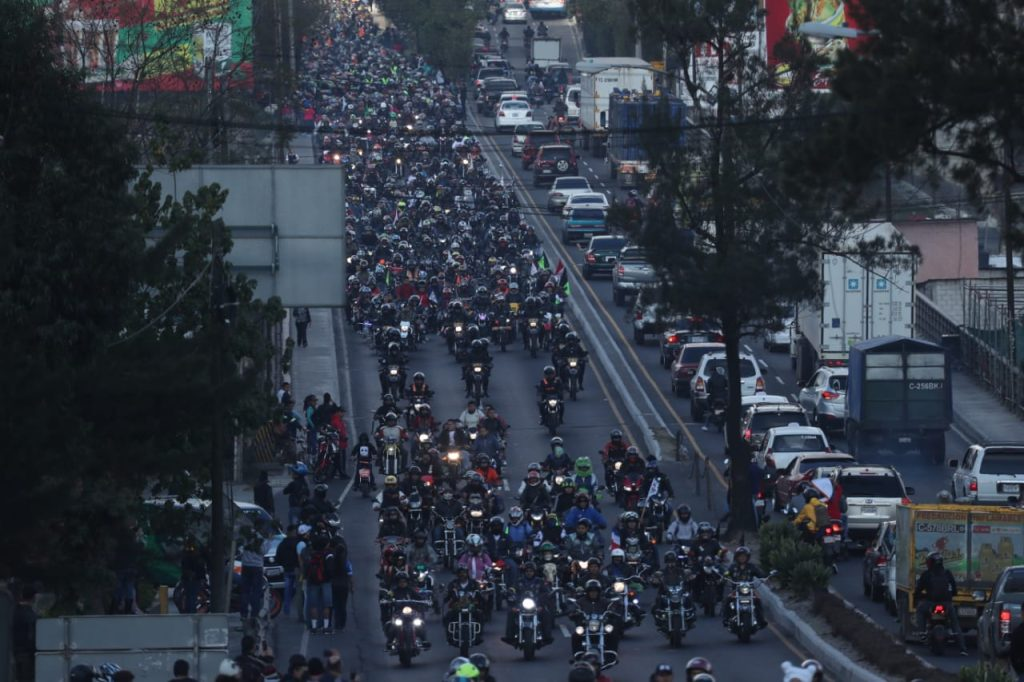 Así se veía el grupo de motoristas a su paso por el puente Belice.