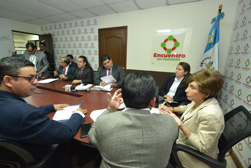 Diputados de Encuentro por Guatemala interrogan a César Son, director interino del Renap. (Foto Prensa Libre: Antonio Castro)