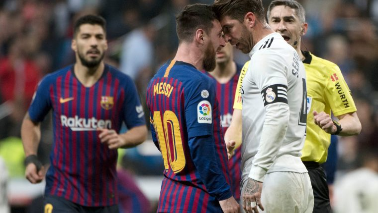 Lionel Messi encaró a Sergio Ramos después de que el español le pegó un codazo en el rostro. (Foto Prensa Libre: AFP)